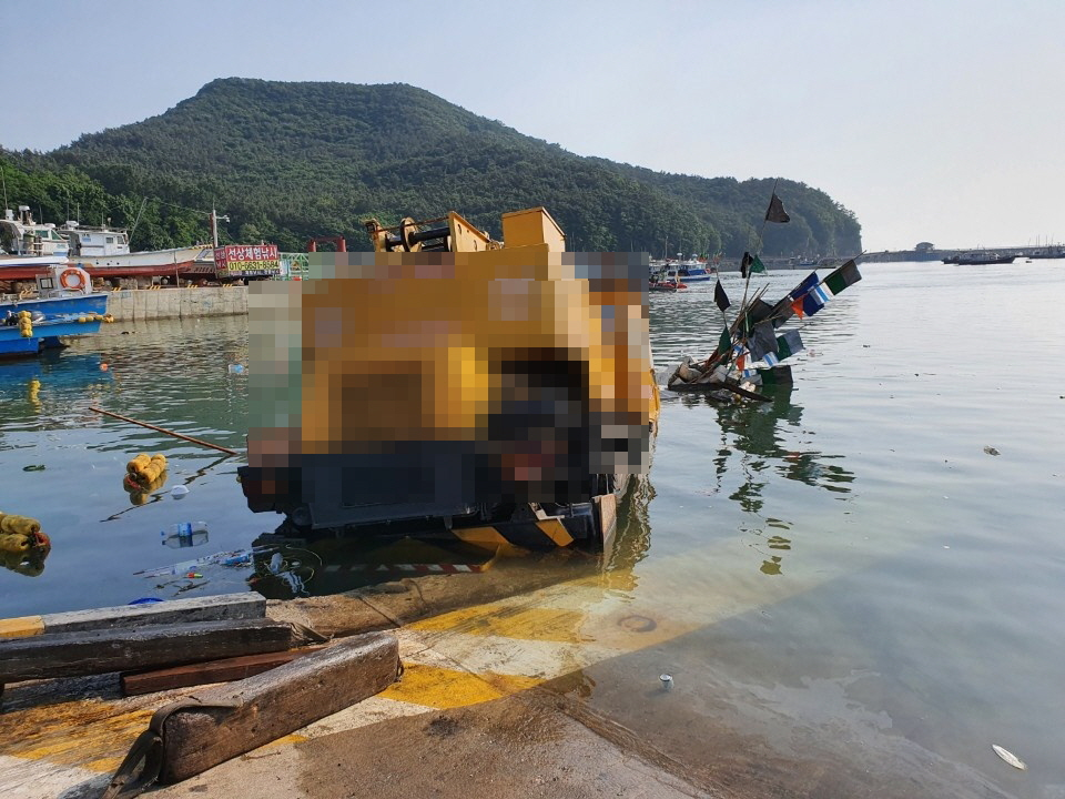 200609 부안해경, 격포항내 30톤 크레인 해상추락 구조1.jpg