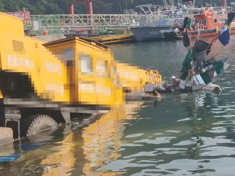 200609 부안해경, 격포항내 30톤 크레인 해상추락 구조2.jpg